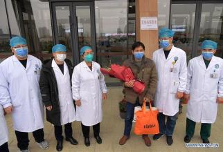 Pacientul, în mijlocul echipei medicale care l-a pus pe picioare. Foto: news.cn