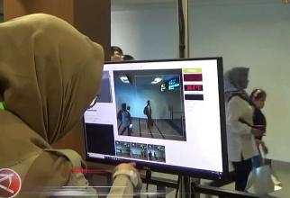 Aeroporturile din Indonezia au deja astfel de scannere termice care văd imediat dacă o persoană are temperatura mai mare de 38 de grade. Foto: antaranews.com