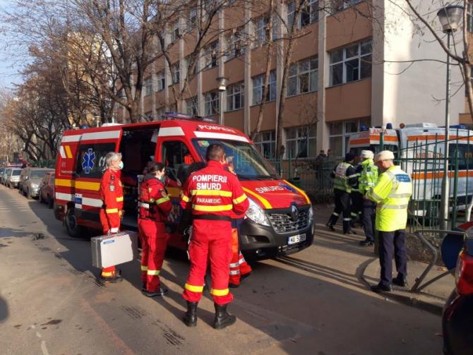 Ambulanțele SMURD și SABIF în fața Școlii 133. Foto: ISU București-Ilfov