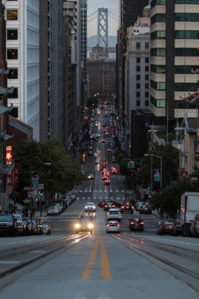 Traiul în apropierea drumurilor principale sau a autostrăzilor este legat de o incidență mai mare a demenței, a bolii Parkinson, a bolii Alzheimer și a sclerozei multiple. FOTO Unsplash