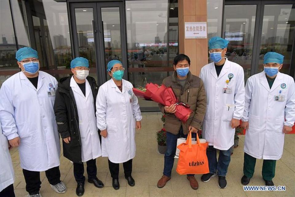Un chinez vindecat de coronavirus. Pacientul, în mijlocul echipei medicale care l-a pus pe picioare. Foto: news.cn