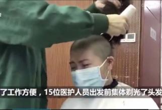 Unele dintre cadrele medicale plâng în timp ce sunt rase în cap. Foto: Printe screen DailyMail Online
