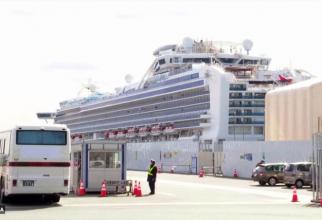 Pasagerii neinfectati coboară rând pe rând de pe navă și sunt transportați cu autocarele