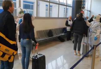 Psageri români veniți din Italia, controlați la aeroport. Foto: DC News