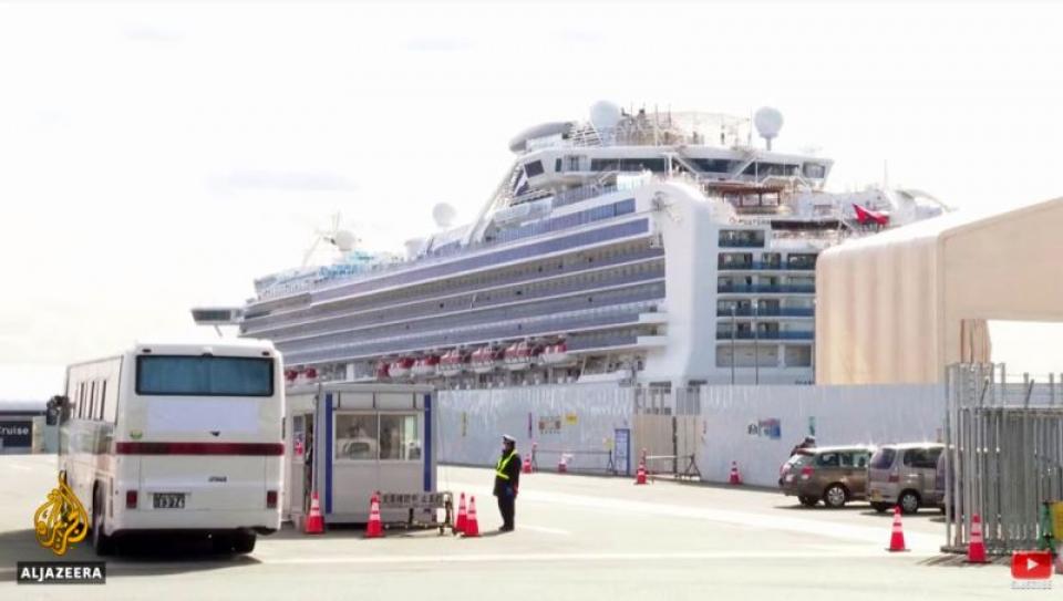 Pasagerii neinfectati coboarau, rând pe rând de pe navă și erau transportați cu autocarele
