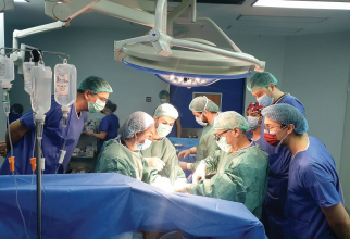 Acad prof univ dr Irinel  Popescu și medicii din echipa sa în timpul transplantului. Foto: SANADOR