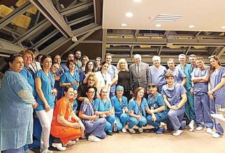 Echipa integrală care a realizat primul transplant hepatic dintr-un spital privat din România. Foto: SANADOR