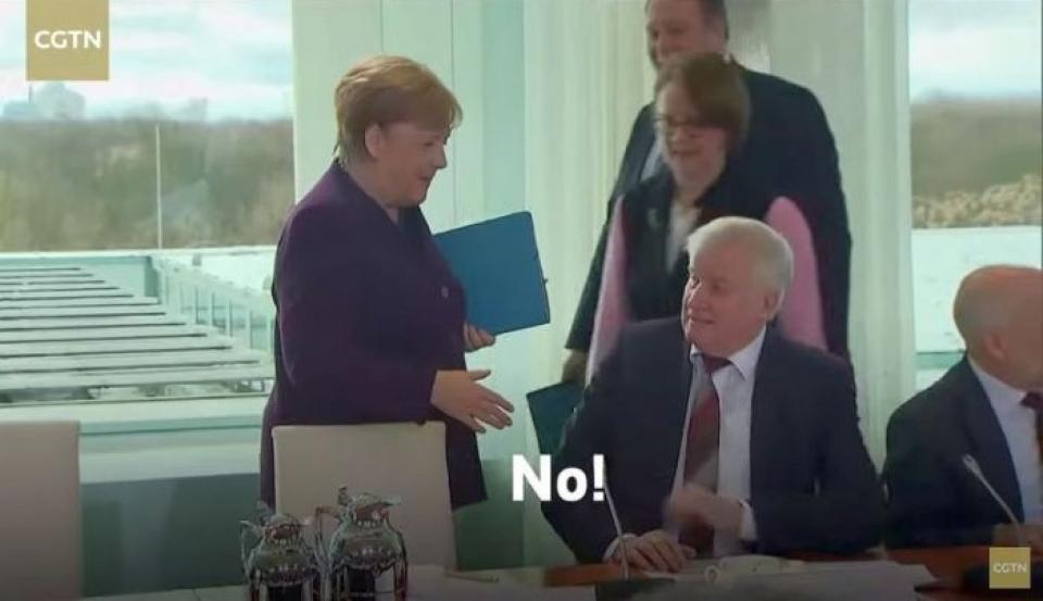 Ministrul german de Interne, Horst Seehofer a refuzat o strângere de mână prietenoasă cu cancelarul Angela Merkel. Foto: CGTN