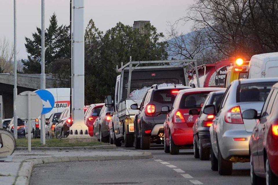Mașini la graniță     Sursa foto: MTI