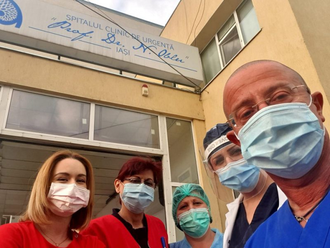 dr Tudor Ciuhodaru (dreapta, primul) și colegele sale de la Spitalul Clinic de Urgenta din Iași. Foto: Facebook/Ciuhodaru