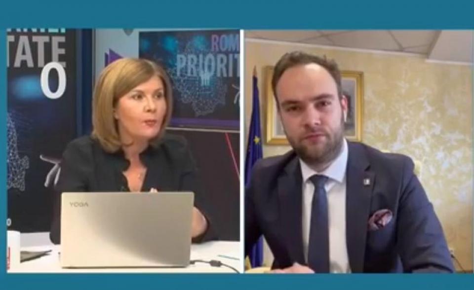 Realizatorul dezbaterii, Elena Cristian și Horia Georgescu, directorul general al Companiei Naționale Poșta Română. Foto: DC Medical