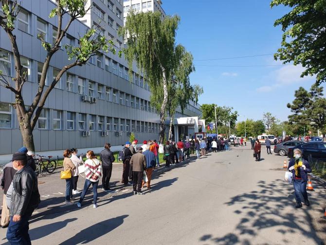 Coadă la intrarea în SJU Baia Mare