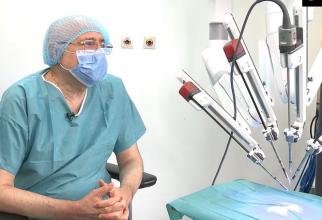Acad prof dr Irinel Popescu și robotul cu care operează la Spitalul  Clinic Sanador