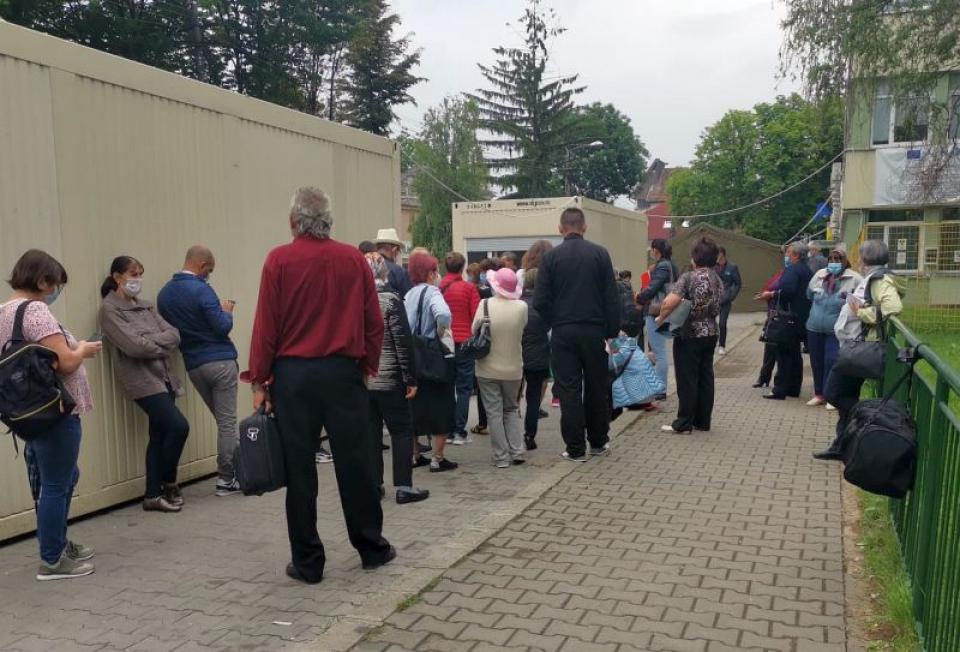 Sute de oameni au stat la coadă la Institutul Oncologic din  Cluj Napoca. Foto: CLUJ24.RO