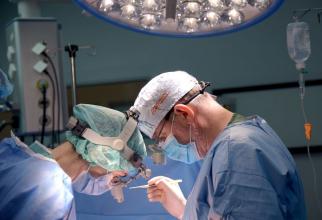 Dr Ionuț Munteanu în timpul operației. Foto: SANADOR