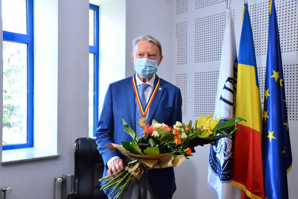 """Prof. Dr. Nicolae Hâncu, distins de UMF Cluj cu Medalia """"Iuliu Hațieganu"""" la aniversarea vârstei de 80 de ani"""