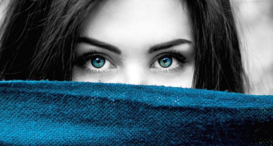 Femeie cu ochii albastri