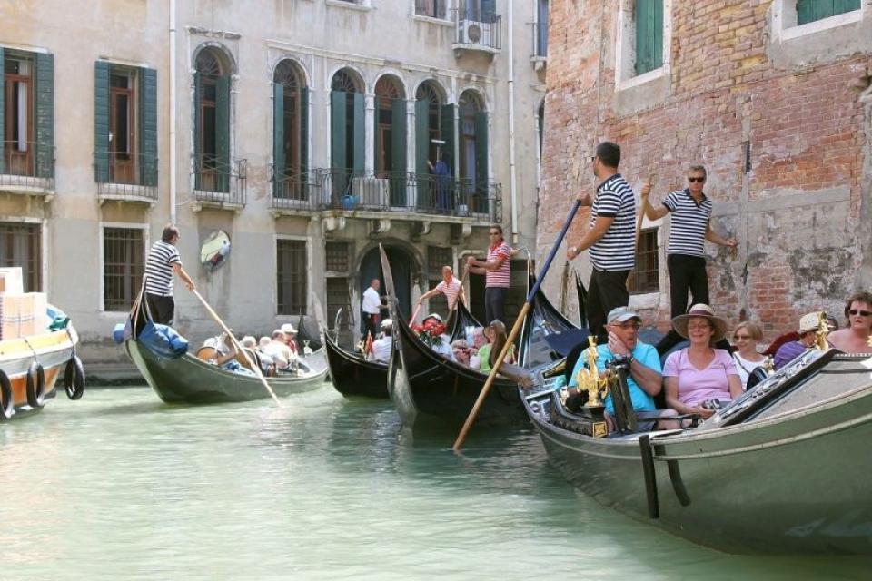 Turistii supraponderali sunt o problemă pentru gondolierii din Veneția