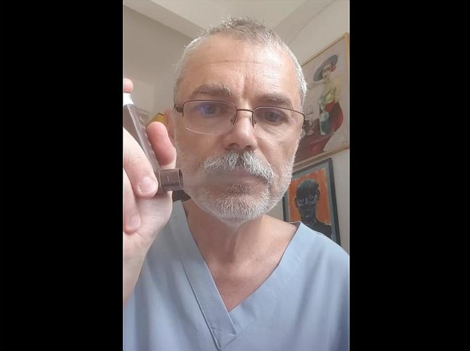 Dr MIhai Craiu, făcând demonstrația. Foto: captură Facebook