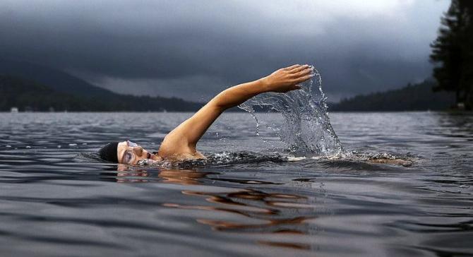 Inotul este unul dintre exercitiile aerobice indicate