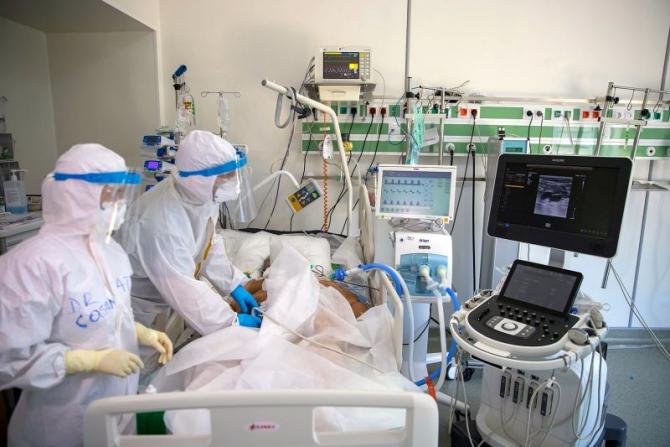 Pacient în secția ATI a Spitalului Rol 2. Foto: Facebook Spitalul Militar Central / Daniel Iancu