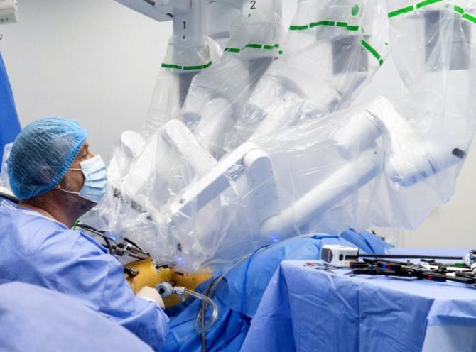În corpul pacientului, brațele robotului intră prin niște orificii mici. Foto: Sanador