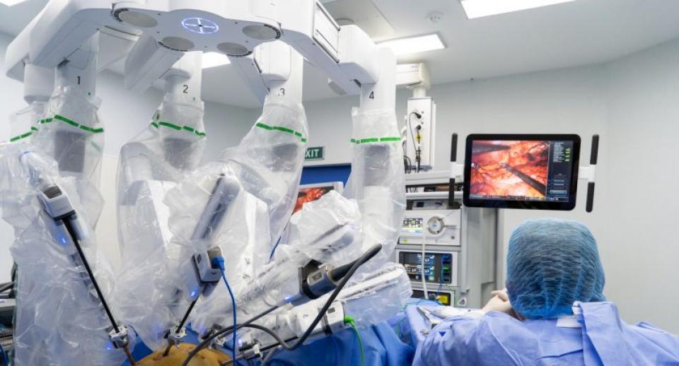Brațele robotului fac intervenția chirurgicală, dar chirurgul poate fi în altă cameră, ba chiar și pe alt continent. Foto: Sanador