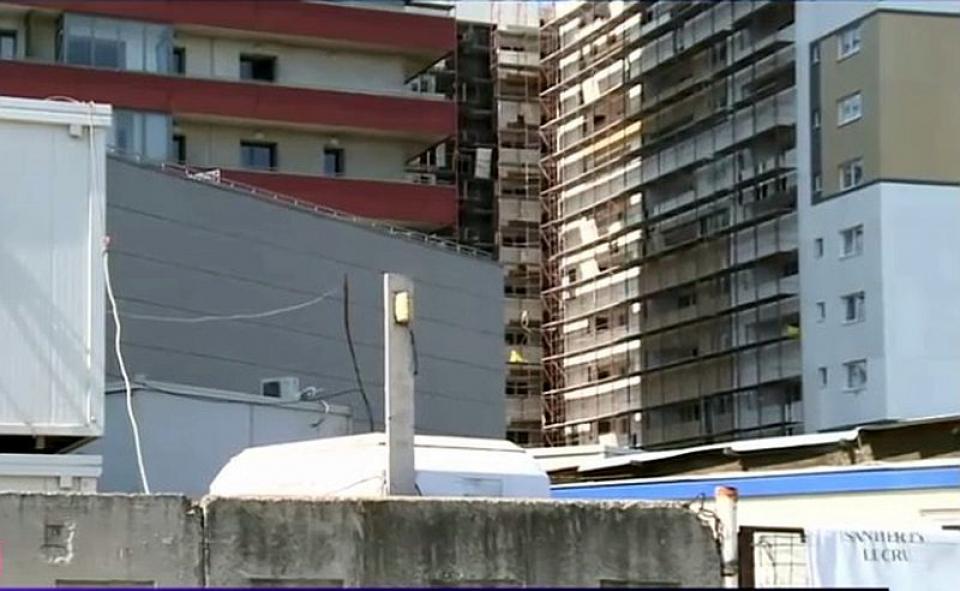 Șantierul din București unde 32 de muncitori au fost depistați infectați cu coronavirus a fost pus în carantina. Foto: Print screen Digi24