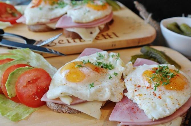Ou prăjit cu roșii și șuncă. Foto: Pixabay