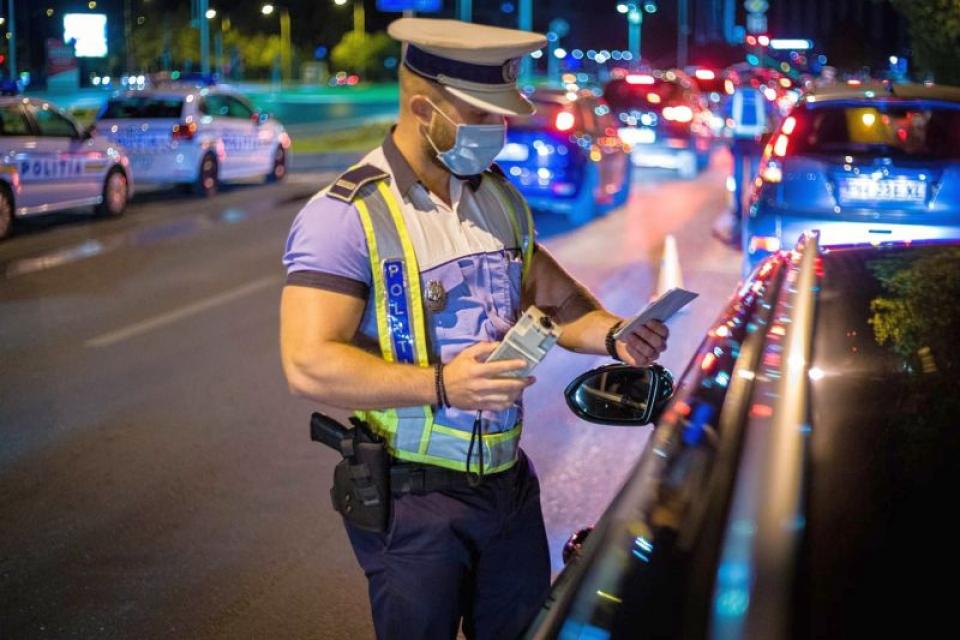 Polițist cu mască în trafic. Foto: MAI/Facebook