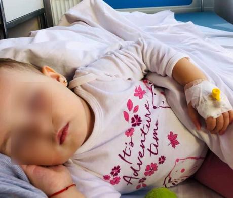 Micuța, pe patul de spital. Foto: Facebook / thedogars