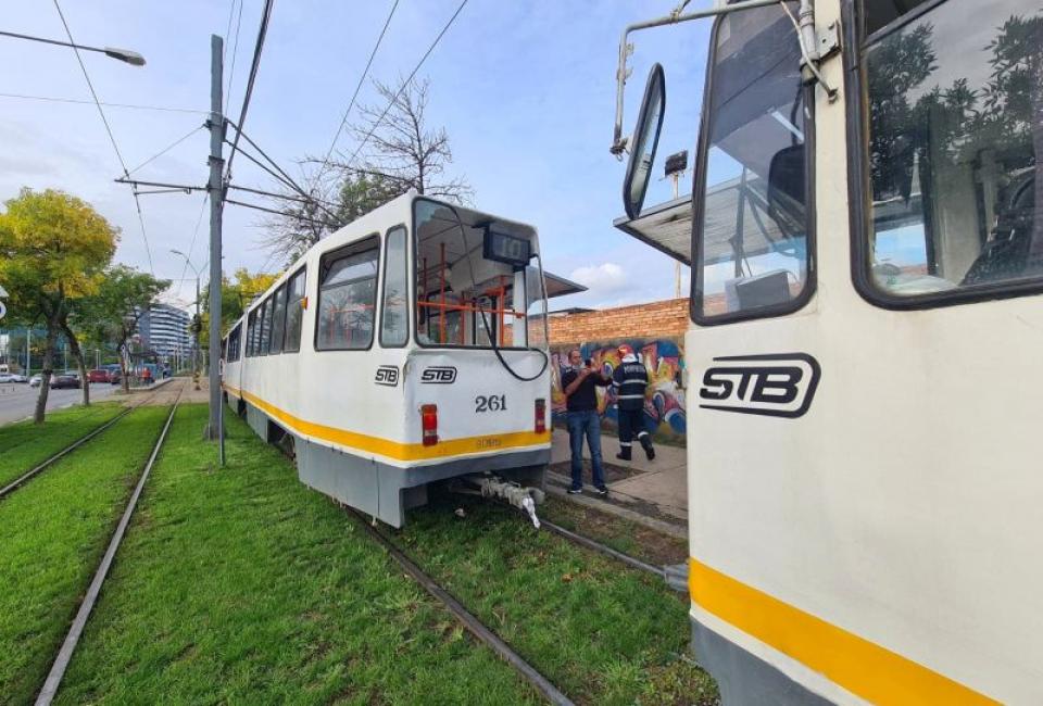 Două tramvaie au intrat unul într-altul, iar patru oameni au avut nevoie de prim ajutor. Foto: ISU București Ilfov