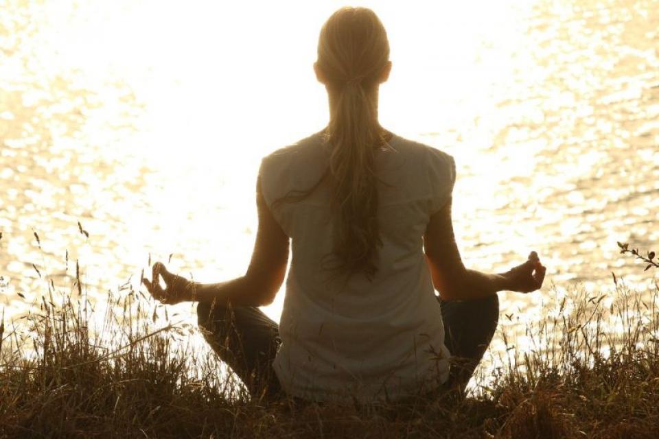 Durerea cronică poate fi ameliorată de meditație și yoga. Foto: Pixabay