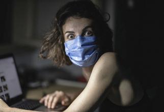 COVID-19, femeie cu mască. Foto: Pixabay