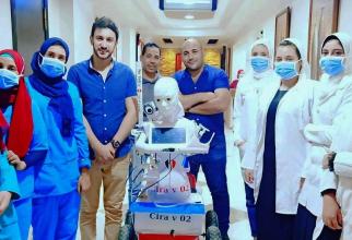 Robotul Cira-03 în milocul cadrelor medicale care-l testează. Mahmoud el-Komy, inventatorul, este tânărul din stânga fotografiei. Foto: Facebook / Mahmoud el-Komy