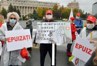 Sindicaliștii de la SANITAS, în fața Guvernului. Foto: Facebook