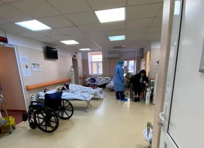 la Institutul Matei Balș pacienții au ajuns să fie tratați pe holuri. Foto: Facebook