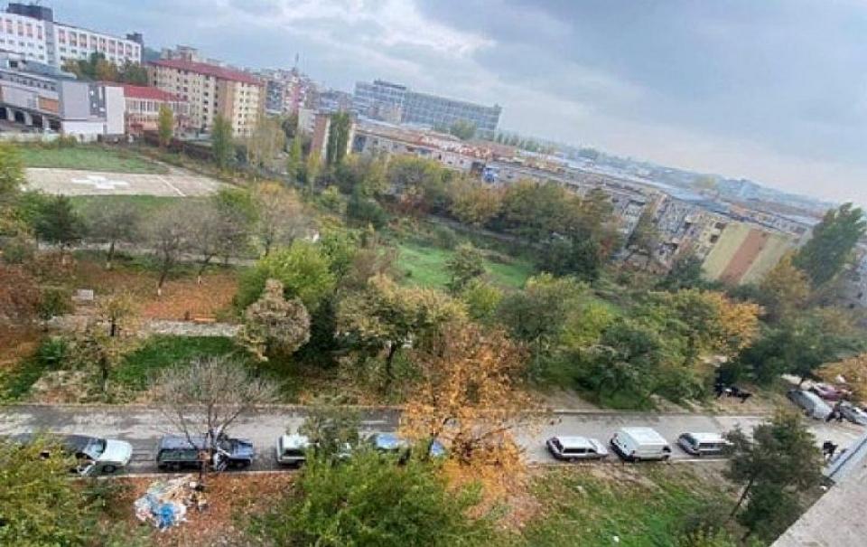 Dricurile parcate, la rând, în jurul Spitalului Județean Craiova. Foto: Reddit