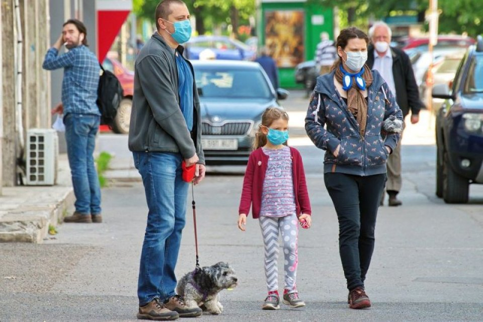 Părinți cu copil, purtând măști. Foto: Pixabay