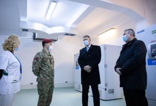 Șeful statului, Klaus Iohannis, a vizitat centrul principal de stocare a vaccinului anti-COVID din București  FOTO: Facebook Guvernul României
