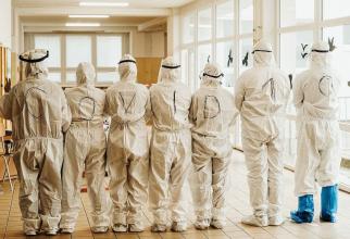 Personal medical în spital COVID-19, echipat cu costume de protecție. Foto: Pixabay