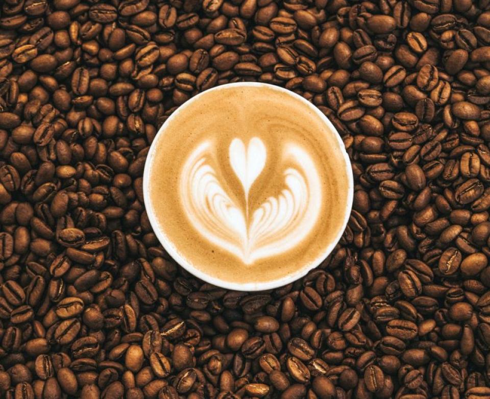 Cafea și boabe de cafea. Foto: Nathan Dumlao/Unsplash