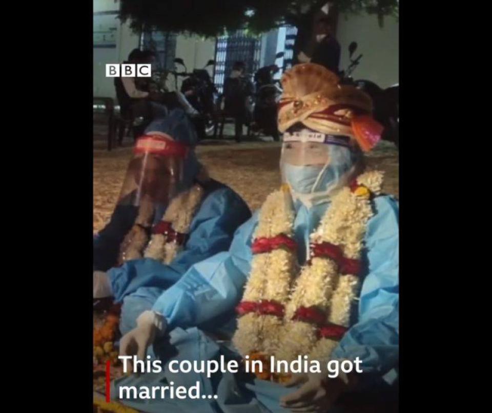 Cuplu căsători în costum de protecție   Foto. captură BBC