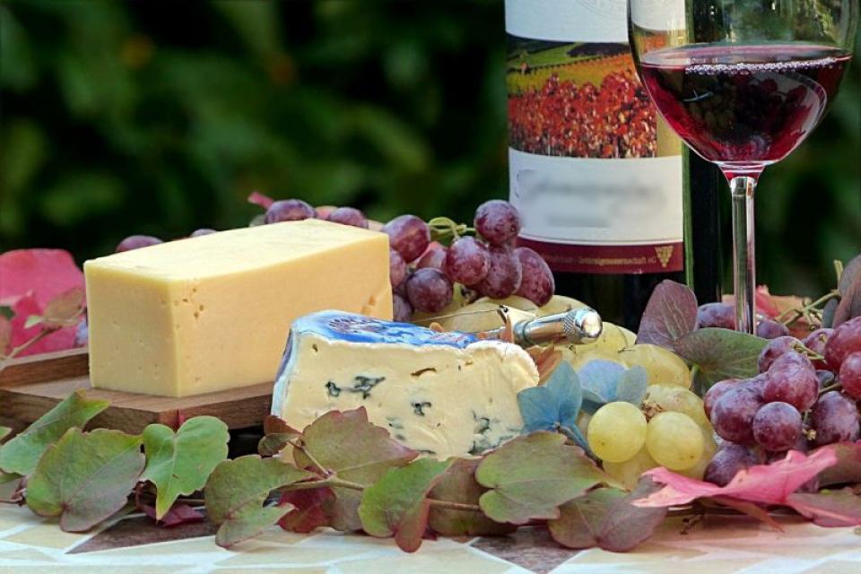 Vinul roșu și brânza reduc declinul cognitiv. Foto: Pixabay