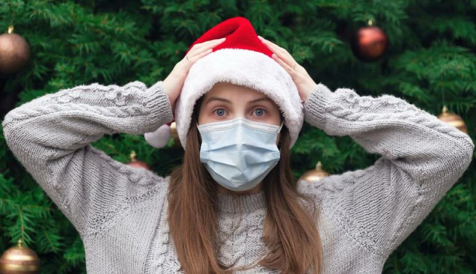 Crăciun cu mască. Foto: Volodymyr Hryshchenko , unsplash