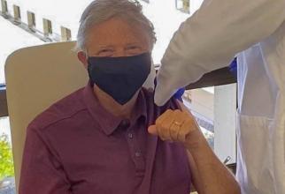Bill Gates vaccinat contra COVID-19. Foto: Twitter