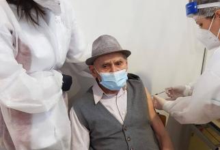 Iosif Rusu (105 ani) s-a vaccinat împotriva COVID    FOTO: Facebook Ovidiu Drăgan