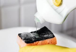 Detergentul lichid de spălat vase. Foto: Pexels