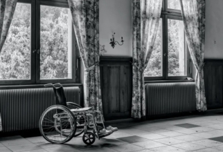 Fetița sănătoasă a fost ținută în scaun cu rotile