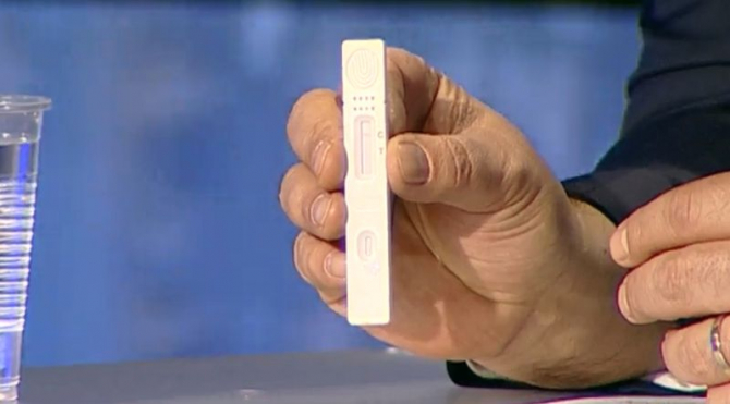 Dispozitivul care arată dacă ești sau nu infectat arată ca cel de un test de sarcină.